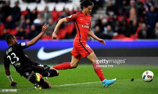Paris SaintGermain's Uruguayan forward Edinson Cavani runs with the ball to score a goal during the French L1 football match between Paris...