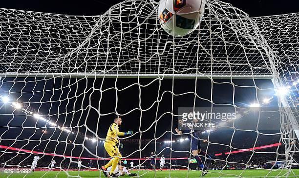 TOPSHOT Paris SaintGermain's Uruguayan forward Edinson Cavani scores a goal during the French L1 football match between Paris SaintGermain and Nice...
