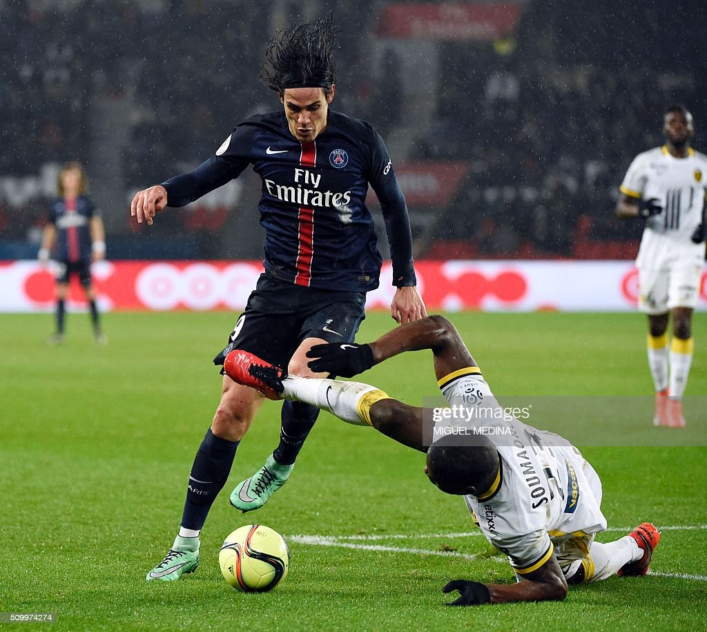 Paris Saint-Germain's Uruguayan forward Edinson Cavani (L) vies for the ball with Lille's French defender Adama Soumaoro during the French L1 football match between Paris Saint-Germain (PSG) and Lille (LOSC) at the Parc des Princes stadium in Paris, on February 13, 2016. AFP PHOTO / MIGUEL MEDINA / AFP / MIGUEL MEDINA