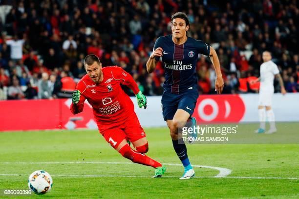 TOPSHOT Paris SaintGermain's Uruguayan forward Edinson Cavani vies with Caen's French goalkeeper Remy Vercoutre during the French L1 football match...