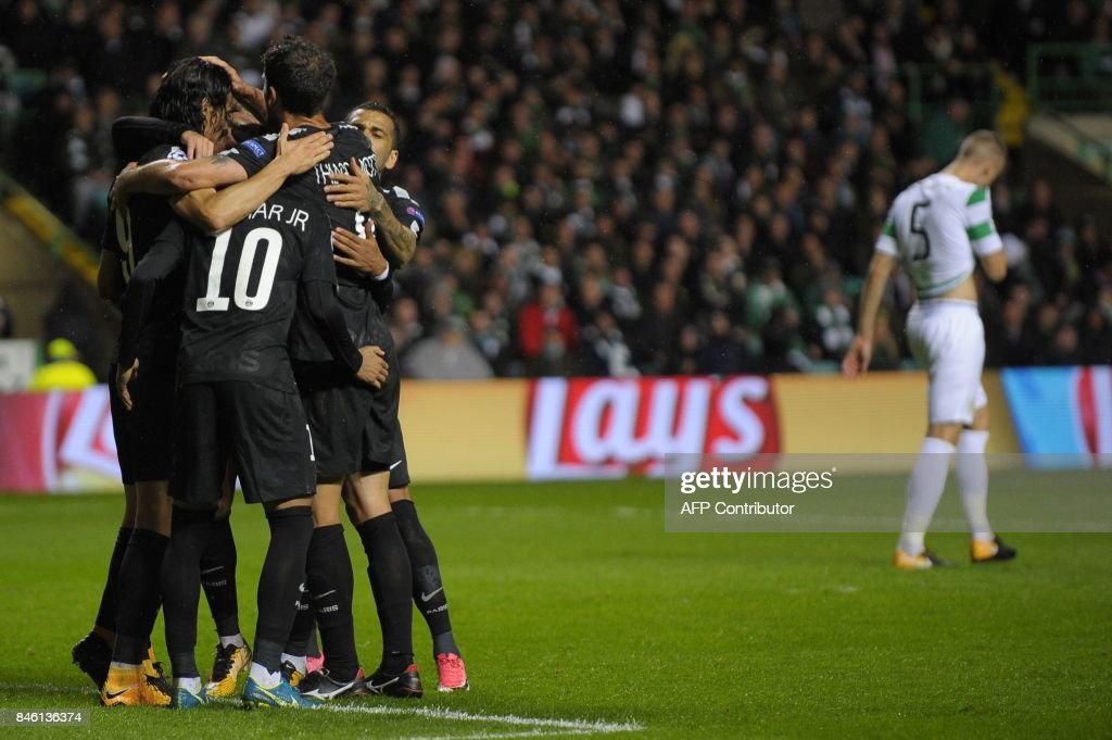 Paris Saint-Germain's Uruguayan striker Edinson Cavani (L) celebrates with teammates after scoring their third goal from the penalty spot during the UEFA Champions League Group B football match between Celtic and Paris Saint-Germain (PSG) at Celtic Park in Glasgow, on September 12, 2017. / AFP PHOTO / Andy BUCHANAN