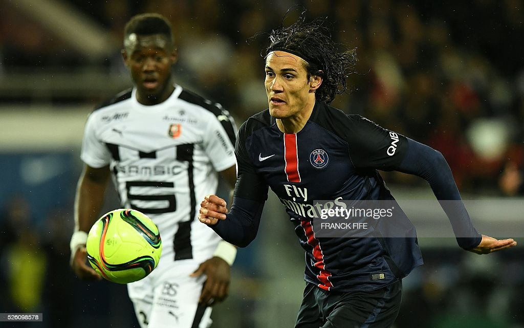 Paris Saint-Germain's Uruguyan forward Edinson Cavani (R) eyes the ball during the French L1 football match between Paris Saint-Germain and Rennes at the Parc des Princes stadium in Paris on April 30, 2016. / AFP / FRANCK