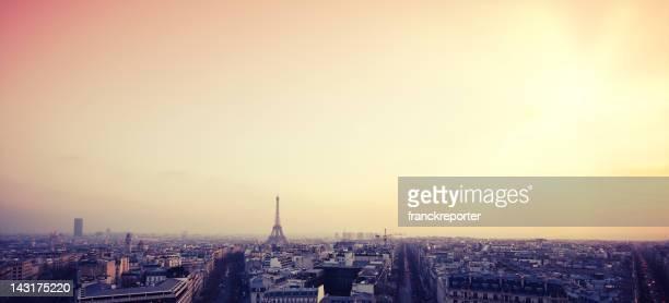 Toits de Paris et la Tour Eiffel au coucher du soleil