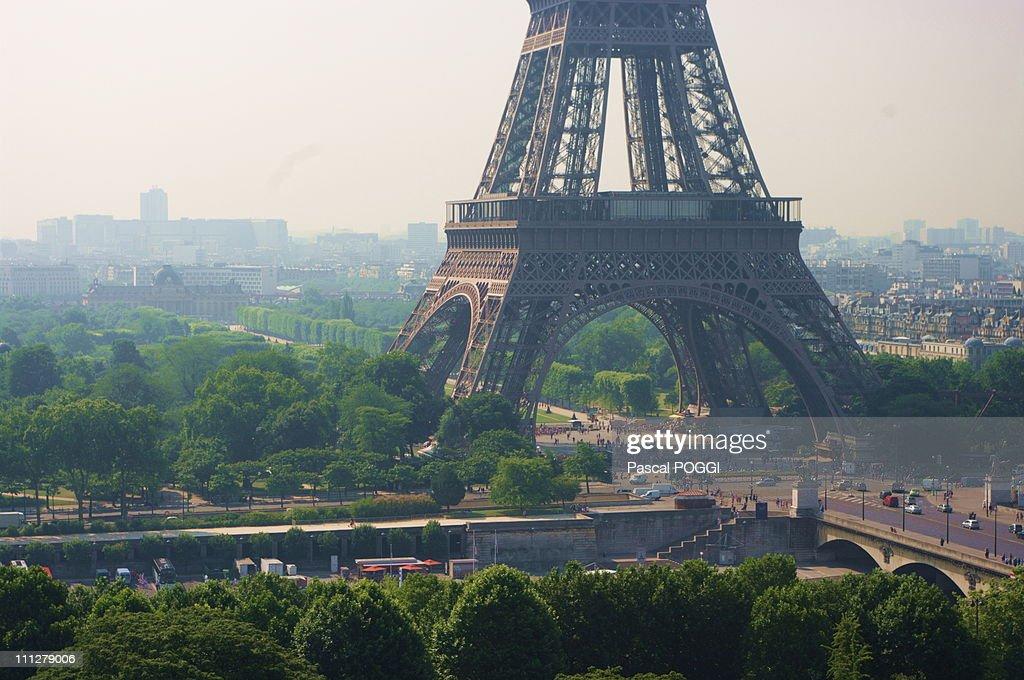 Paris Tour Eiffel 301 pollution, pollution : Stock Photo