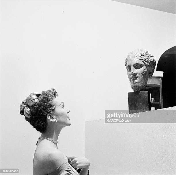 Parisians Hairstyles Dans un salon de coiffure ajout d'un postiche de cheveux dans un chignon d'une femme et modèle d'une sculpture antique Une femme...