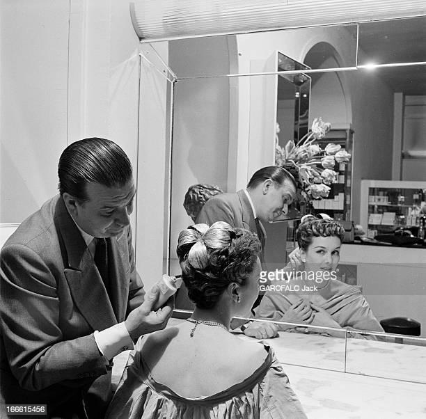 Parisians Hairstyles Dans un salon de coiffure ajout d'un postiche de cheveux dans un chignon d'une femme et modèle d'une sculpture antique Le...