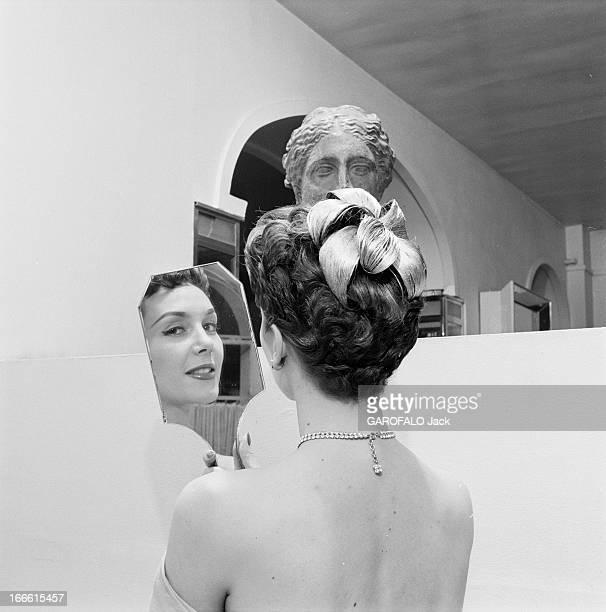 Parisians Hairstyles Dans un salon de coiffure ajout d'un postiche de cheveux dans un chignon d'une femme et modèle d'une sculpture antique La jeune...