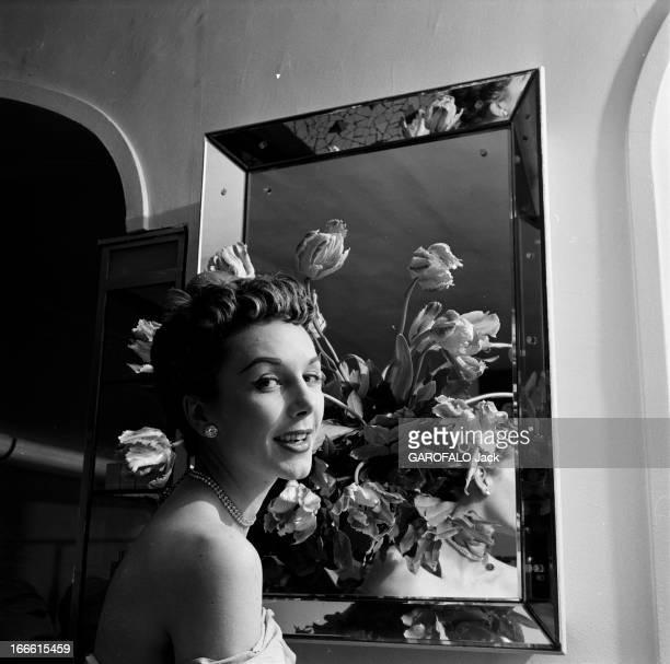 Parisians Hairstyles Dans un salon de coiffure ajout d'un postiche de cheveux dans un chignon d'une femme et modèle d'une sculpture antique Portait...
