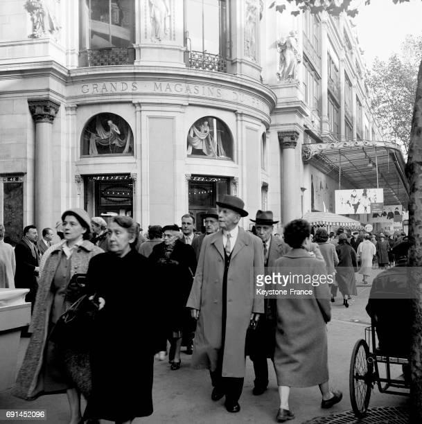 Parisiens marchant au niveau du grand magasin le Printemps à Paris France en 1955
