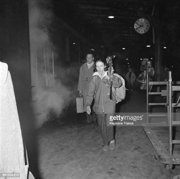 Parisiens partant en vacances d'hiver à la gare de Lyon à Paris France circa 1950