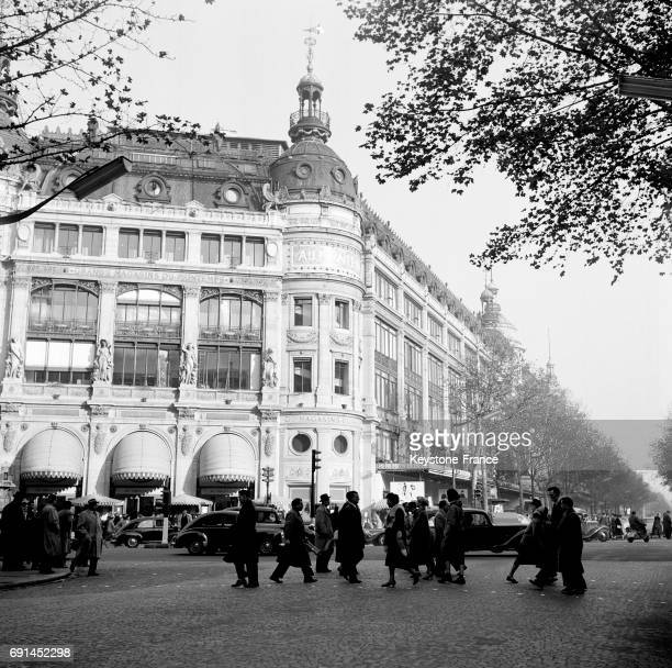 Parisiens traversant au niveau du grand magasin le Printemps à Paris France en 1955