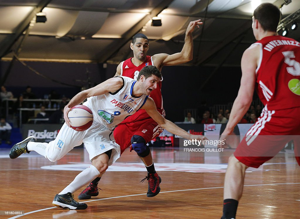 Paris-Levallois' Antoine Diot (L) fights for the ball with Strasbourg IG's Jeff Greer (C) and Hugo Invernizzi (R) on February, 16, 2013 during a leaders cup LNB 2013 tournament basketball semi-final match in Marne-la-Vallee, west of Paris. GUILLOT