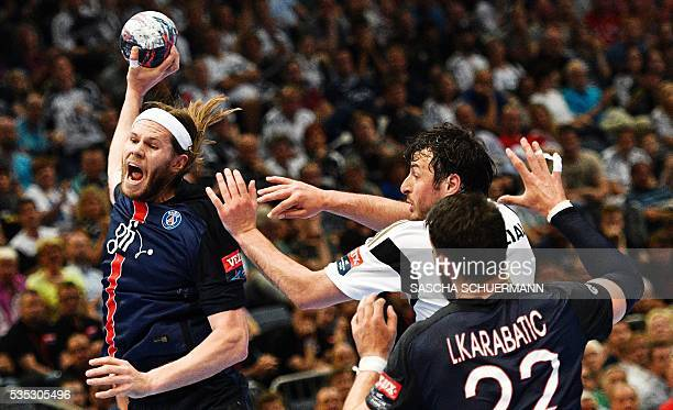 TOPSHOT Paris's Mikkel Hansen and Kiel's Domagoj Duvnjak vie for the ball during the Handball EHF Champions League final Four semifinal match between...
