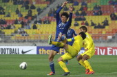 Park HyunBem of Suwon Bluewings tussles for possession with Hidekazu Otani of Kashiwa Reysol during the AFC Champions League Group H match between...