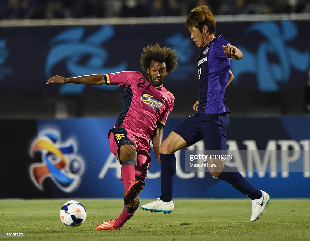 Park Hyung Jin #17 of Sanfrecce Hiroshima (R) and Isaka Cernak Okanya #27 of Central Coast Mariners compete for the ball during the AFC Champions League Group F match between Sanfrecce Hiroshima and Central Coast Mariners at Edion Stadiam Hiroshima on April 23, 2014 in Hiroshima, Japan.