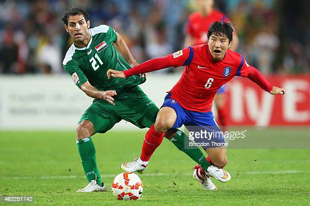 Park Joo Ho of Korea Republic competes with Saad Abdulameer AlDobjahawe of Iraq during the Asian Cup Semi Final match between Korea Republic and Iraq...