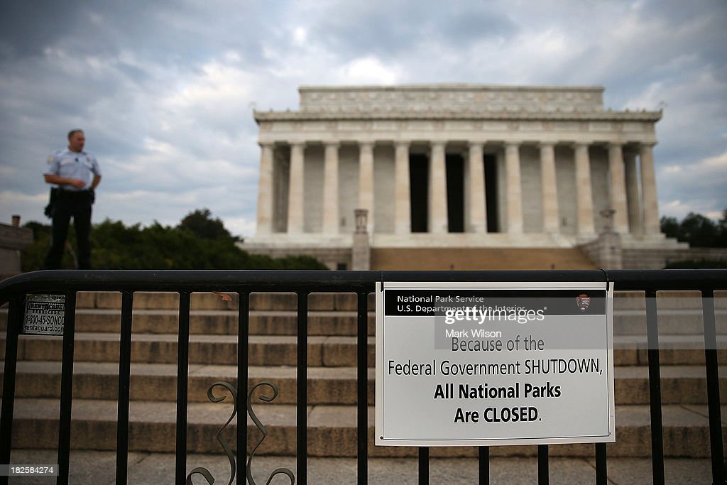 A U.S. Park Police officer stand guard in front of the closed Lincoln Memorial, October 1, 2013 in Washington, DC. The National Mall and all monuments and large sections of the government will close due to government shut down after Congress failed to agree on spending.