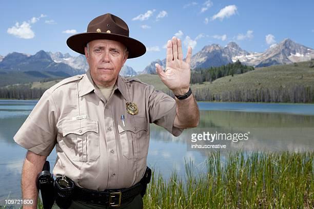 Park Ranger mit Stopp-Geste