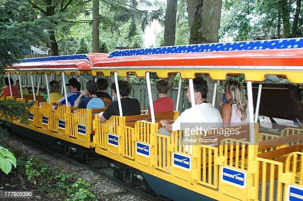 Parkbesucher 'Europa Park' 30jähriges Jubiläum Rust bei Freiburg BadenWürttemberg Deutschland Europa JubiläumsFeier Bimmelbahn BimmelBahn Rundfahrt...