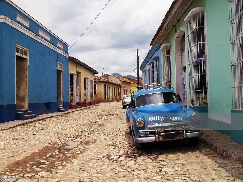 Preliminares de coches clásicos en las calles de Trinidad en Cuba : Foto de stock