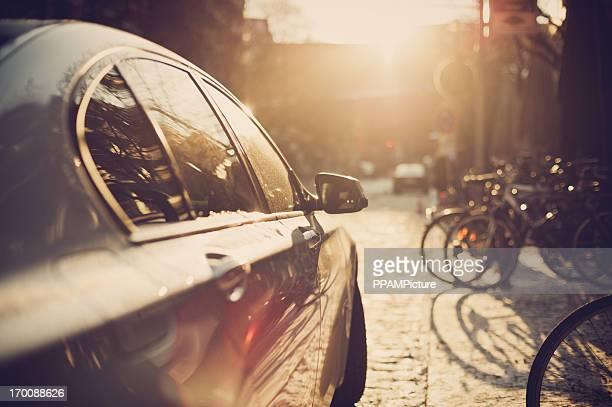 Parkplatz-Auto im Sonnenlicht
