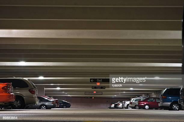 Parkgarage innen Wurm der Vogelperspektive mit geparkten Fahrzeuge
