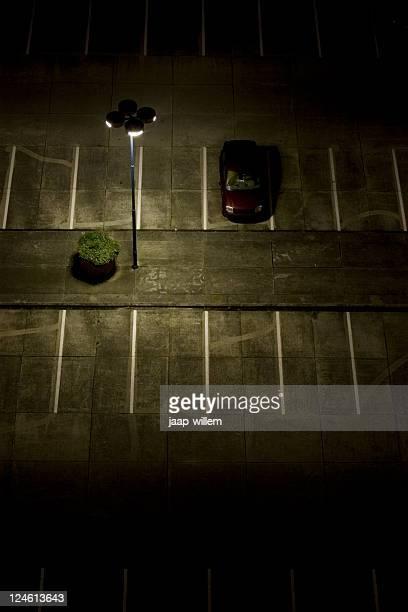Parque de estacionamento à noite