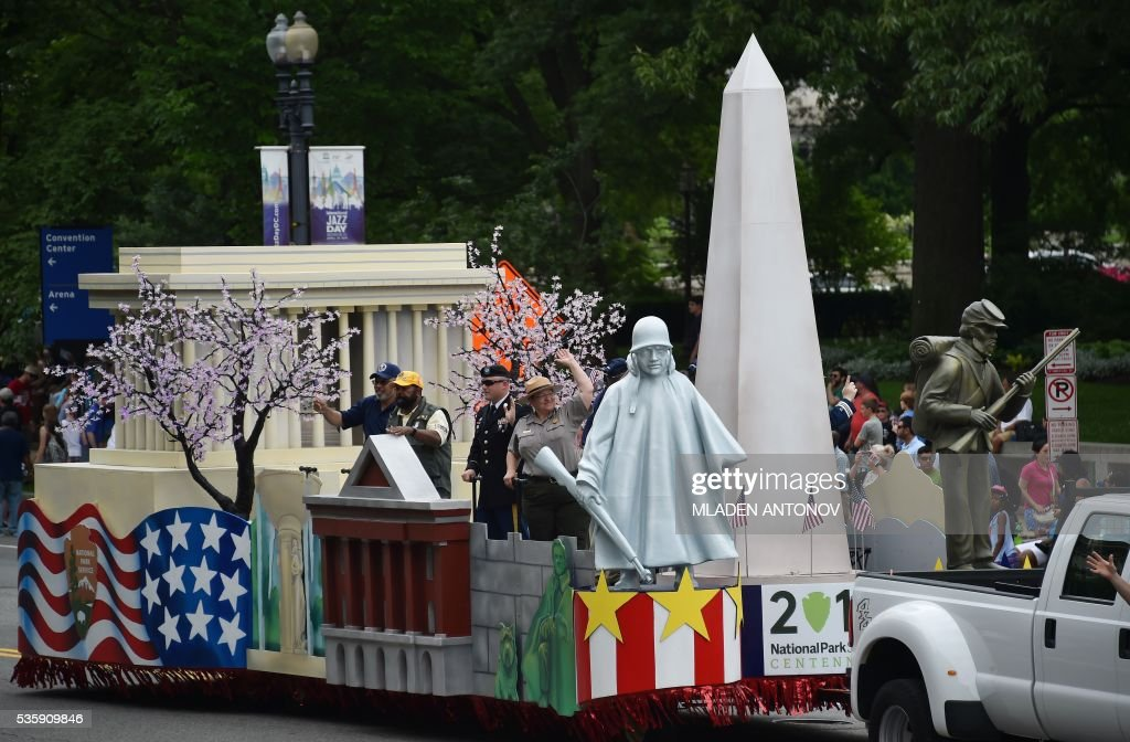 Parks float representing the monuments of US Capital takes part in the Memorial Day Parade on Constitution Avenue on May 30, 2016 Washington DC. / AFP / MLADEN