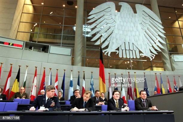 Parlamentarische Versammlung der NATO im Reichstag in Berlin General Joseph Ralston Eberhard Diepgen Lord Robertson of Port Ellen Bundeskanzler...