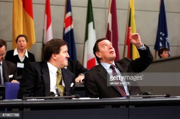 Parlamentarische Versammlung der NATO im Reichstag in Berlin Lord Robertson of Port Ellen und Bundeskanzler Gerhard Schröder