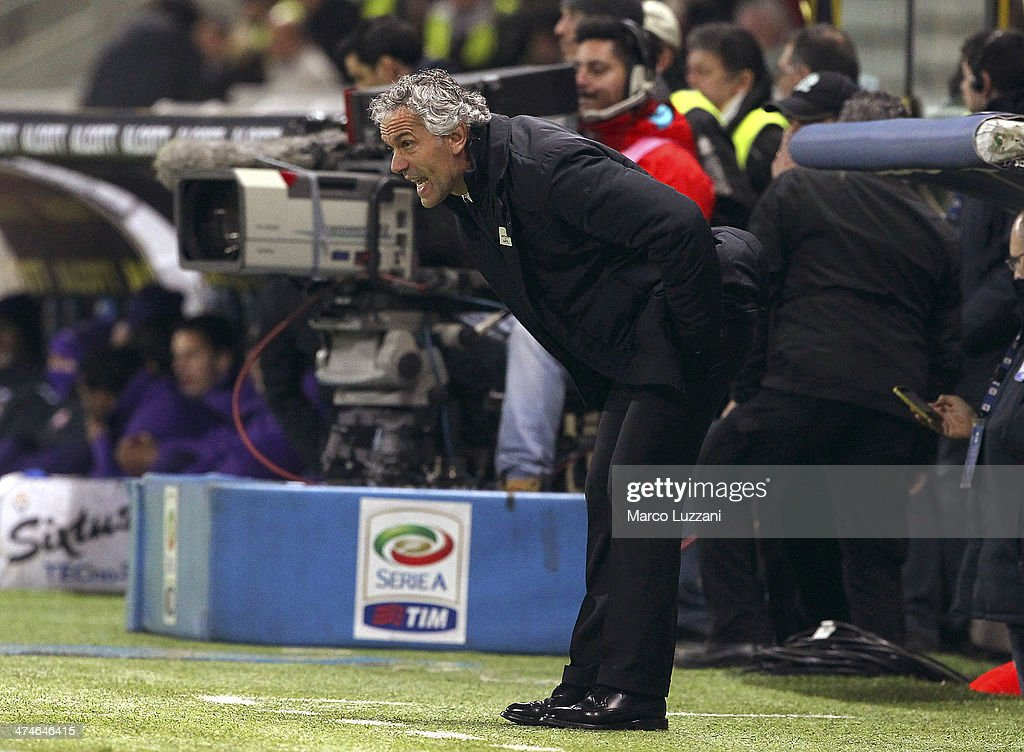 Parma FC coach <a gi-track='captionPersonalityLinkClicked' href=/galleries/search?phrase=Roberto+Donadoni&family=editorial&specificpeople=654860 ng-click='$event.stopPropagation()'>Roberto Donadoni</a> shouts to his players during the Serie A match between Parma FC and ACF Fiorentina at Stadio Ennio Tardini on February 24, 2014 in Parma, Italy.