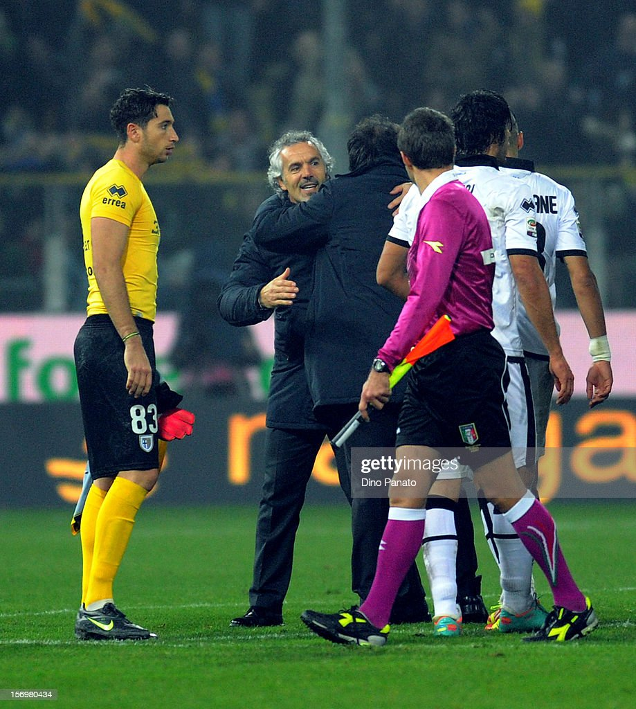 Parma players celebrate victory with head coach Roberto Donadoni after the Serie A match between Parma FC and FC Internazionale Milano at Stadio Ennio Tardini on November 26, 2012 in Parma, Italy.