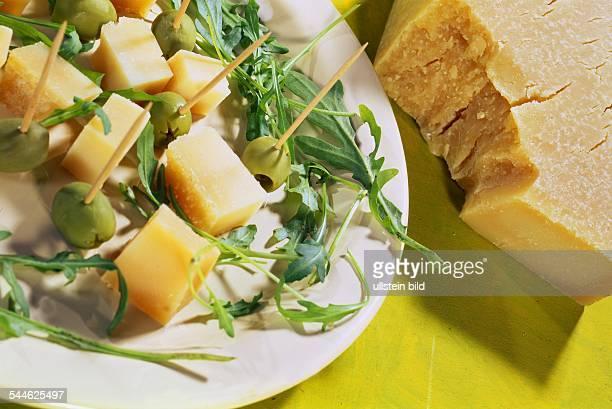 Parmesankaese Kaesewürfel und gruene Oliven 2006