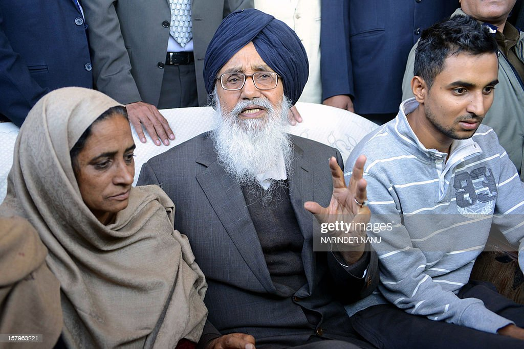 Parmjit Kaur (L), the wife of late Indian Punjab Police assistant sub-inspector Ravinder Pal Singh, and her son Navpreet (R) look on as Indian Punjab state Chief Minister Parkash Singh Badal (C) meets with them during a press conference in Rampura village on the outskirts of Amritsar on December 8, 2012. The leader of Punjab's ruling Shiromani Akali Dal and an accomplice were arrested on December 6, 2012, for allegedly killing the police official Ravinder Pal Singh.