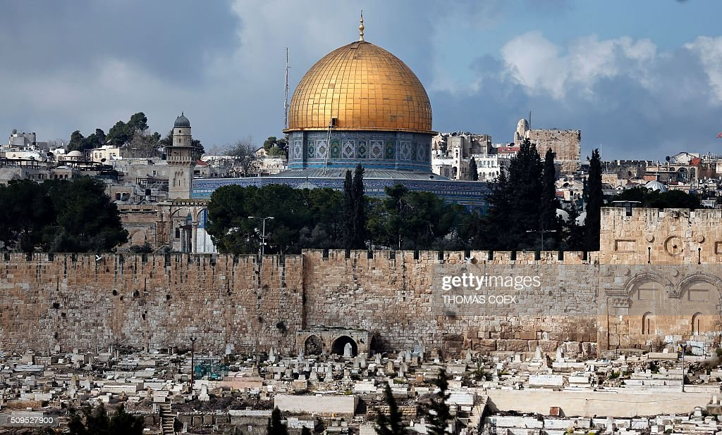A partial view shows the Dome of the Rock mosque situated in the Al-Aqsa mosque compound, sacred for both Muslims and Jews, in Jerusalem's Old City, on February 11, 2016. / AFP / THOMAS COEX