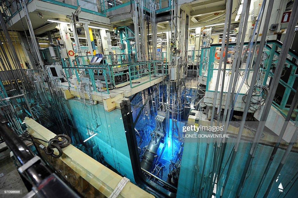 ' IMAGERIE MEDICALE LE REACTEUR OSIRIS INDISPENSABLE DANS UN SECTEUR MENACE DE PENURIE ' Partial view taken at the French Atomic Energy Commission...