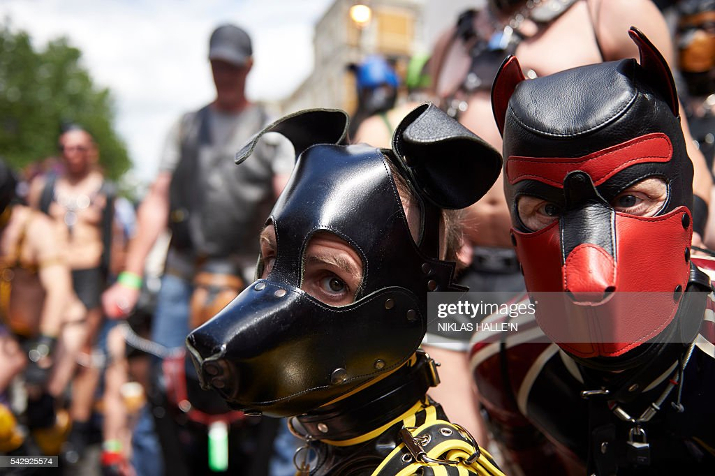 Particiapants take part in the annual Pride Parade in London on June 25, 2016. / AFP / NIKLAS HALLE'N