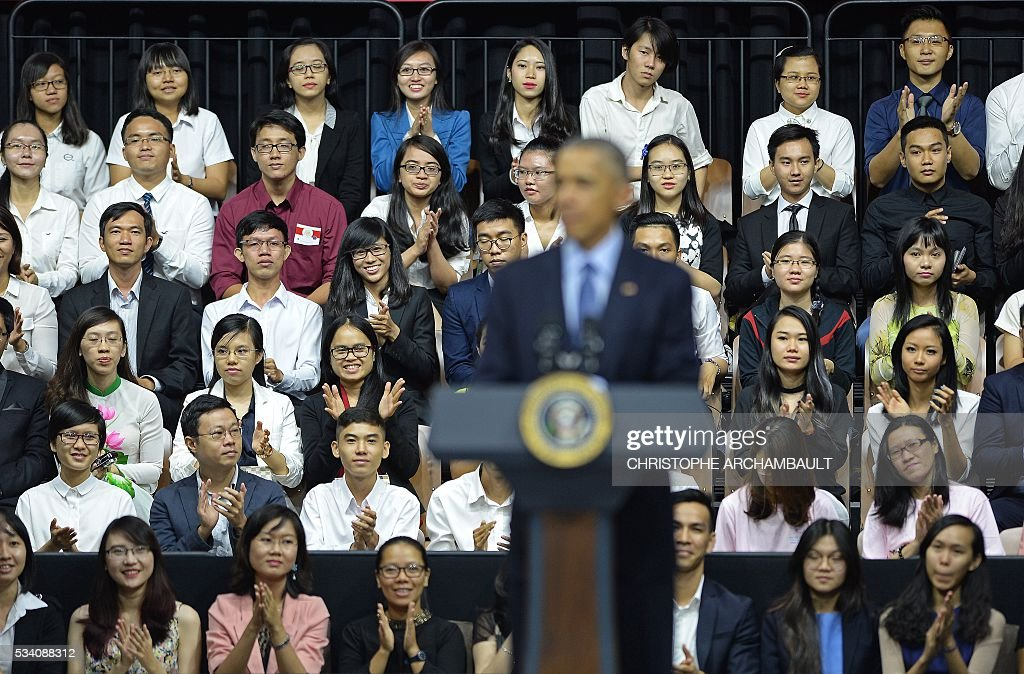 Participants listen as US President Barack Obama (C) speaks at a Young Southeast Asian Leaders Initiative town hall event in Ho Chi Minh City on May 25, 2016. Obama fielded questions on May 25 on everything from rap and weed smoking to leadership and his good looks at a lively town hall-style meeting with young Vietnamese, who say the US leader is a far cry from their staid Communist rulers. / AFP / CHRISTOPHE
