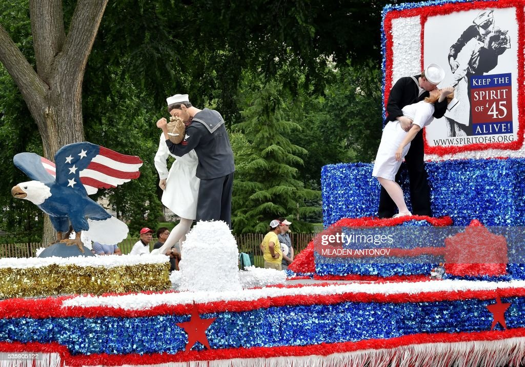Participants recreate a famous photo from the end of the WWII during the Memorial Day Parade on Constitution Avenue on May 30, 2016 Washington DC. / AFP / MLADEN