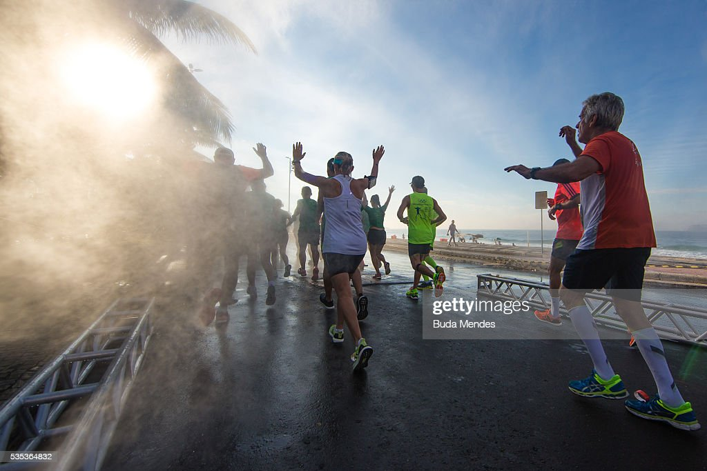 Participants run through Ipanema during the Rio de Janeiro Marathon, on May 29, 2016 in Rio de Janeiro, Brazil.
