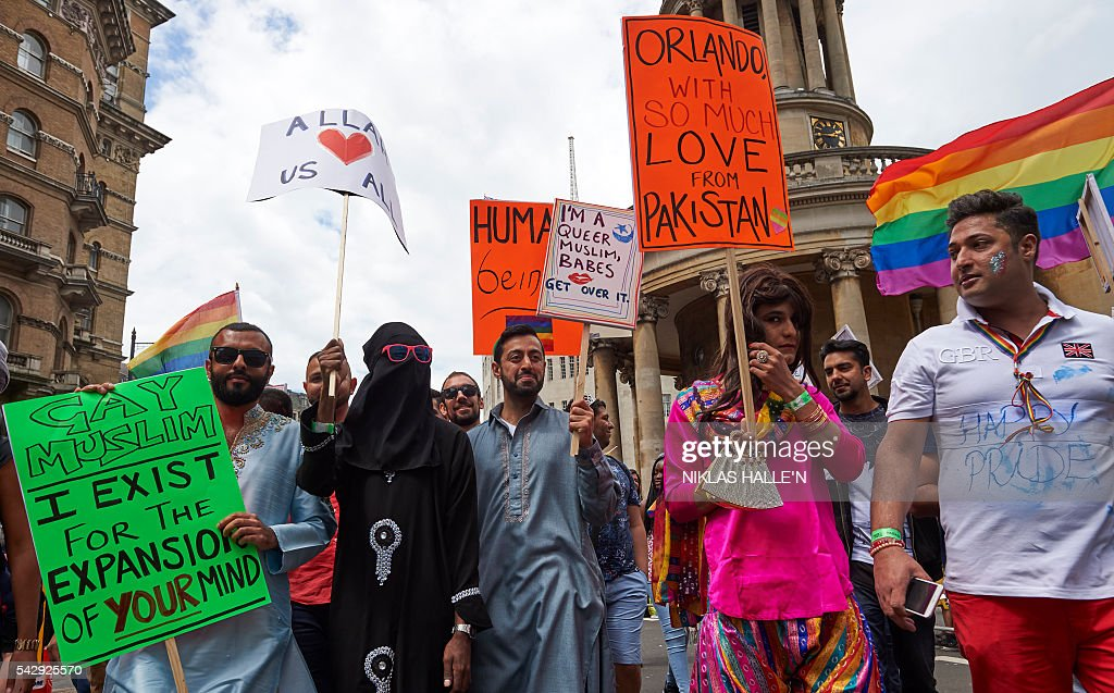 Participants show their support for victims of the Orlando shooting during the annual Pride Parade in London on June 25, 2016. / AFP / NIKLAS HALLE'N