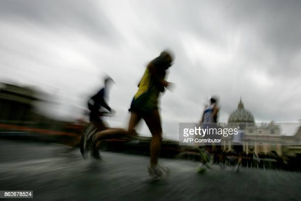 Participants to the 2005 edition of Rome Marathon run in front of St Peter's square in Rome 13 March 2005 AFP PHOTO / MARCO LONGARI / AFP PHOTO /...