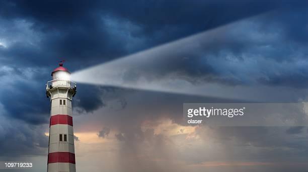 Teilweise sonnendurchflutete Leuchtturm, schlechtes Wetter im Hintergrund