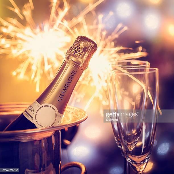 Party-Atmosphäre mit Wunderkerzen und Champagner