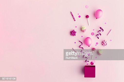 Objets de fête dans une boîte cadeau : Photo