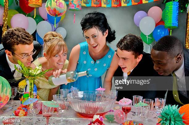 Party-Leute Alkohol hinzugegeben an Punch