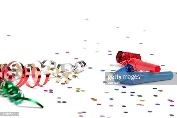 Ruban de fête et confettis et en corne isolé sur blanc Souffleur