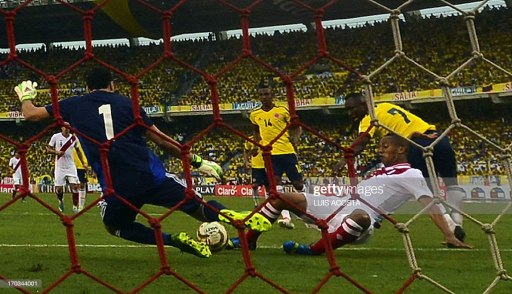 Paruvian football player Andre Carrillo C) tries to score in front of Colombian goalie David Espina (L) and Colombian Pablo Armero during their FIFA World Cup Brazil 2014 qualifying match at Metropolitano stadium in Barranquilla on June 11, 2013.AFP PHOTO/Luis Acosta