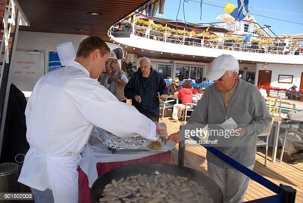 Passagiere am Buffet Köche beim Auffüllen JazzFrühschoppen auf Kreuzfahrtschiff MS 'Astoria' Luxusliner an Deck Schiff Party Weißwürste Uniform...