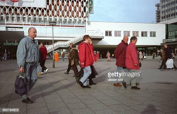 Passanten auf dem Alexanderplatz in Berlin